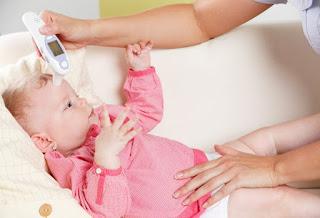 Bayi Demam Apa yang Harus Dilakukan ? Bolehkah Dimandikan ?