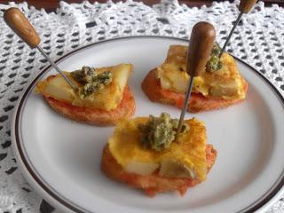 Montadito de tortilla de patata con queso de cabra y mermelada de pimientos verdes.