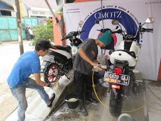 Karyawan Cuci Motor