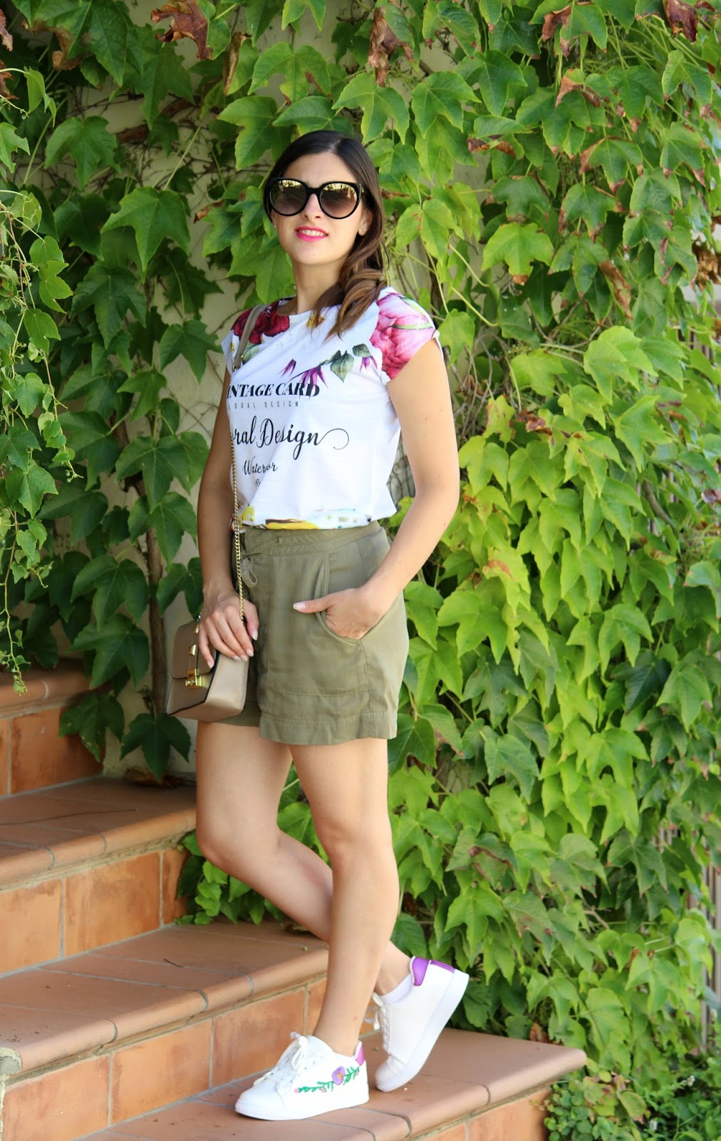 outfit sneakers borsa tracolla pantaloncino t-shirt occhiali