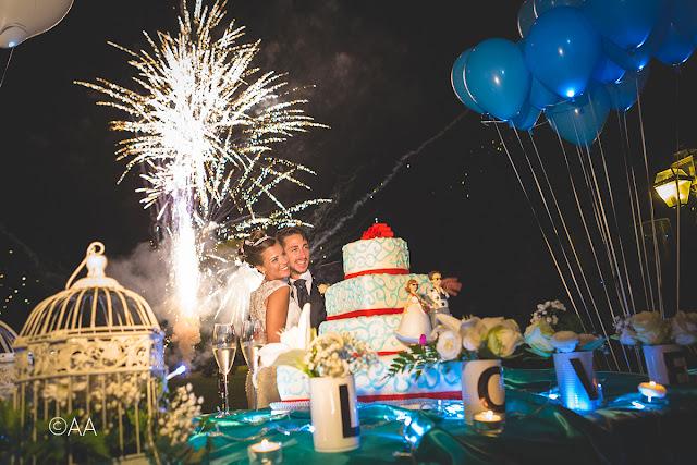 Come allestire tavolo torta nuziale candele e palloncini blu