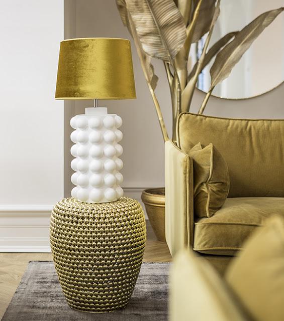 Lampan Bubbles i retrostil med gul lampskärm Roma i sammet från Hallbergs hos Longcoast Living.