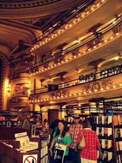 Estantes da Livraria El Ateneo, em Buenos Aires
