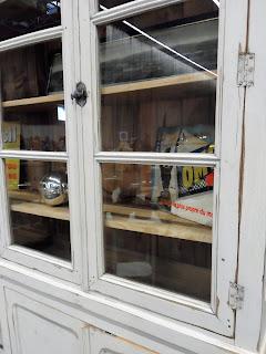 Vitrina blanca conservando su pintura original detalle en Desembalaje Bilbao