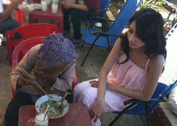 Cô chủ quán cơm xinh đẹp tốt bụng với bà cụ 80 tuổi
