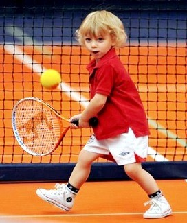 Foto de un pequeño jugando el tenis