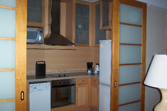 Dengan Begitu Kalaupun Pintu Ditutup Cahaya Bisa Tetap Masuk Dan Dapur Yang Mini Itu Tidak Tampak Pengap