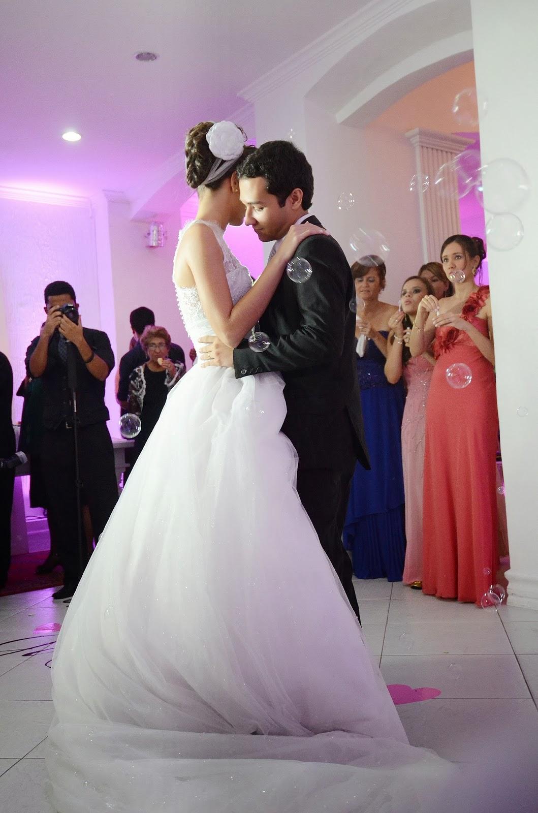 festa - recepção - noivos - primeira dança - primeira dança dos noivos - bolinhas de sabão - bolhas de sabão