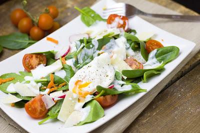 Spinatsalat mit pochiertem Ei und Buttermilchdressing