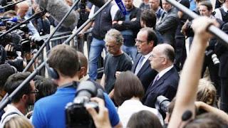 El mandatario viajó, junto con el ministro del Interior, Bernard Cazeneuve, a la localidad del noroeste de Francia, donde dos hombres asesinaron a un sacerdote e hirieron a otra persona de gravedad, antes de ser abatidos por agentes de las Fuerzas especiales de la Policía.