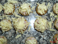 Cubriendo los champiñones con queso