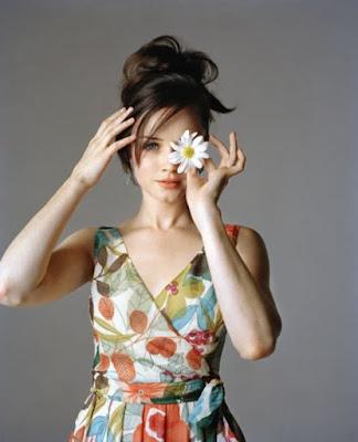 Алексис Бледел в разноцветном платье
