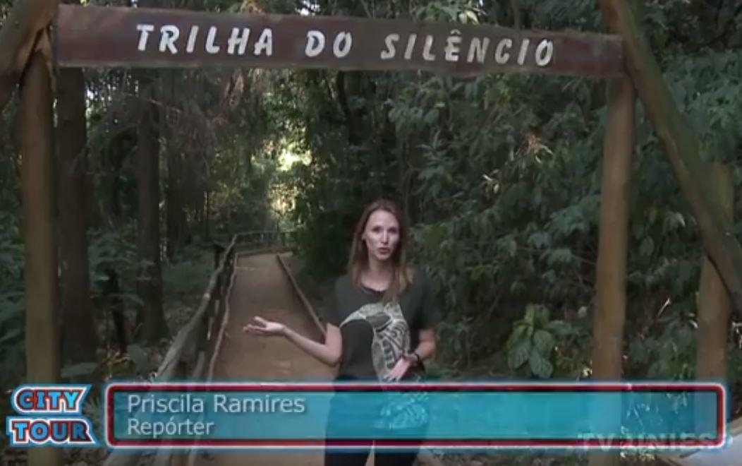 A repórter Priscila Ramires apresenta as trilhas do Parque Estadual Jaraguá. Imagem: TV Uniesp