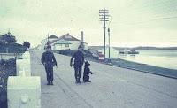 Soldado Jorge Rinaldi, patrullando las calles de Puerto Argentino con su Perro Nick. (Foto Eduardo Rotondo)