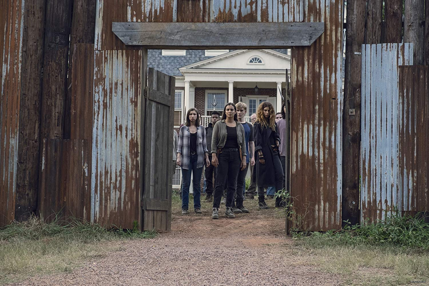 Tara, Henry, Enid y Magna en el episodio 9x11 Bounty de The Walking Dead