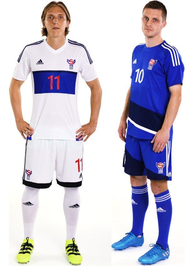 O uniforme reserva é predominantemente azul com uma faixa diagonal em tom  mais escuro na parte inferior da camisa e listras brancas nos ombros. e826a597afbae