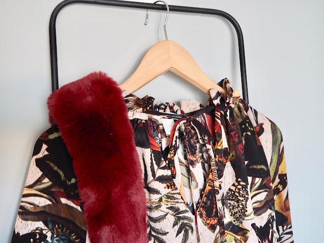 photo-look-vestido-largo-estampado-mariposas-hm-cartera-bimba-y-lola-cuello-pelo-granate-zara