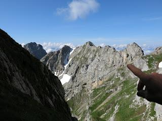 Hans erläutert den weiteren Wegverlauf; ganz links Sulzleklammspitze, rechts davon Linderspitzen