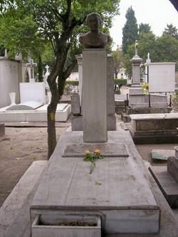 Busto de María Grever en su tumba