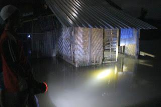 Air rob masuk sebuah rumah warga