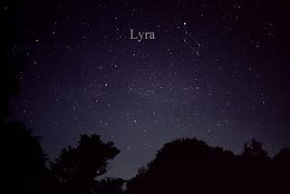 Chòm sao Lyra với ngôi sao sáng Vega. Đây là nơi những vệt sao băng tỏa ra.