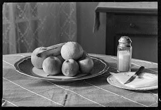 Stillleben Obstteller, Zuckerstreuer, Teller mit Messer, Glasnegativ 1930-1942