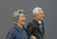 statuine personalizzate realistiche coppia anziani ritratti milano orme magiche