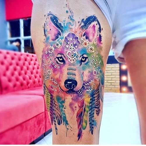 kadın üst bacak renkli kurt dövmesi woman thigh watercolor wolf tattoo