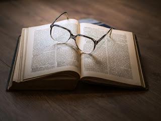 Lentes sobre un libro