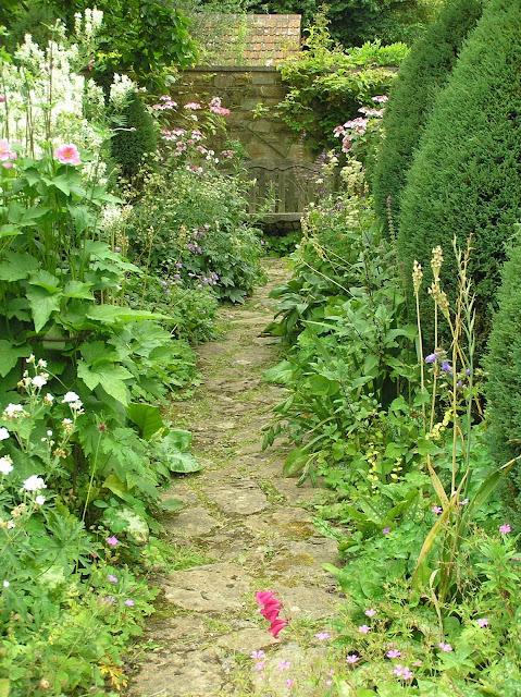english garden, ogród angielski, kamienna ścieżka w ogrodzie