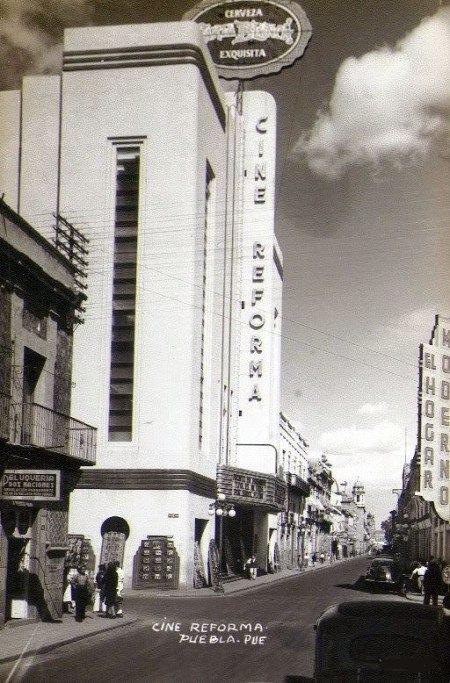Gente caminado cerca del antiguo Cine de Reforma de Puebla