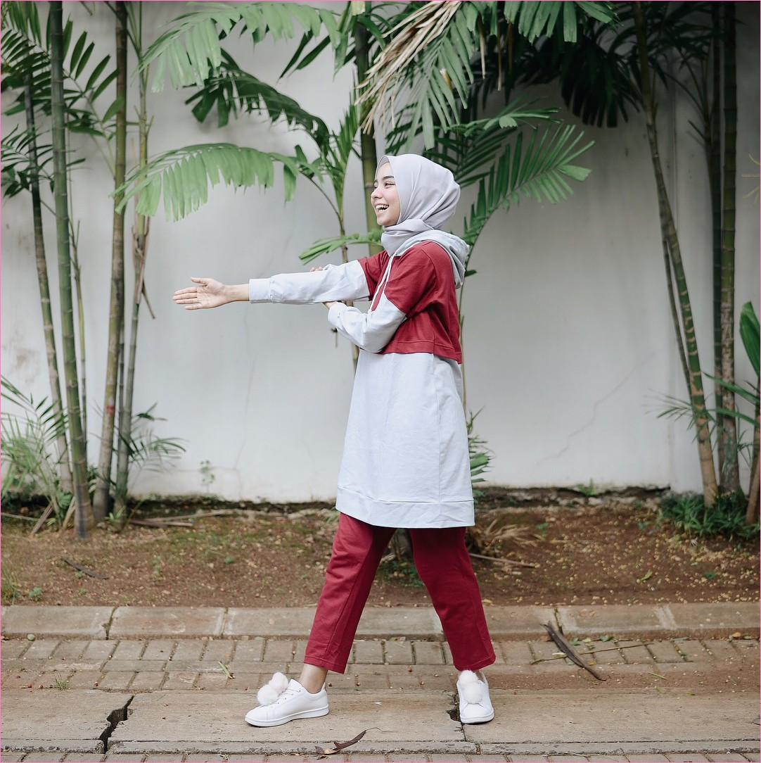 Outfit Baju Hijab Casual Untuk Olahraga Ala Selebgram 2018 celana training baju olahraga jaket sweater  merah bata sneakers kets sepatu olahraga baby pink berbulu hijab pashmina polos abu muda gaya casual kain katun rayon ootd outfit jogging 2018 selebgram bambu daun tanah coklat