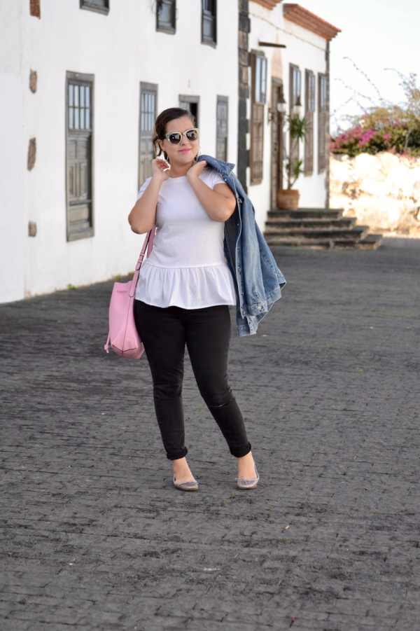 look_camiseta_volante_dresslily_bolso_rosa_chaqueta_vaquera_lolalolailo_06