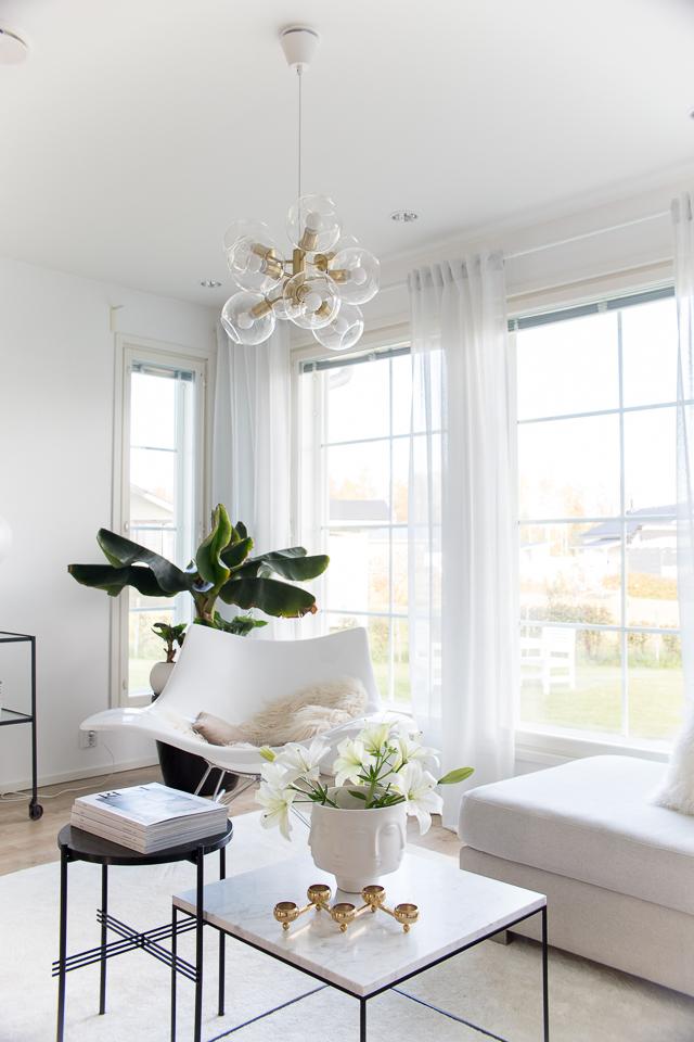 Villa H, sisustus, koti, marmoripöytä, stingray keinutuoli, jonathan adler maljakko