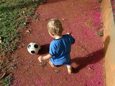 f0595af23e Esse rubro-negrinho prefere bater uma bola a acompanhar os jogos do  Flamengo pela TV