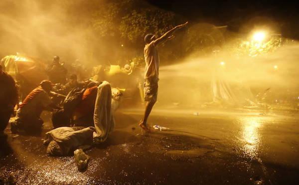 """Durou pouco o acampamento organizado pela Frente Povo Sem Medo em uma praça próxima à residência do presidente interino Michel Temer, em São Paulo. Mais de 200 pessoas foram expulsas pela polícia militar com jatos de água, gás lacrimogênio e bombas de estilhaços (pergunte para alguém ferido por um estilhaço se ele é de """"efeito moral'', como defende o governo paulista e seu discurso de armamento não-letal).  O acampamento foi montado ao final de uma marcha que reuniu cerca de 30 mil pessoas, segundo os organizadores, que consideraram este o maior ato contra o presidente interino na cidade, e 5 mil, de acordo com a PM. Os manifestantes queriam protestar em frente à residência de Michel, mas foram impedidos por barricadas policiais.  Como vemos, há razões éticas e estéticas para a retirada do acampamento. Por sua ética, o presidente interino nunca aceitaria o populacho tão perto de sua residência. E, por sua estética, o fino bairro do Alto de Pinheiros nunca aceitaria um populacho povoando suas entranhas feito lactobacilos vivos. Se ainda houvesse um pato amarelo, vá lá."""