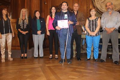 recibe el certificado Alejandro Corral