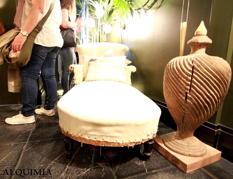 casa-decor-madrid-2016-chaise-longe-espacio-interiorismo-suelo-negro-paredes-negras-