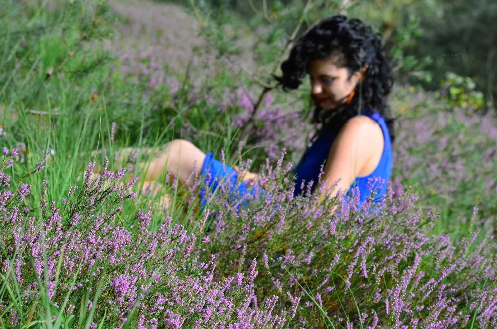 loki | włosy | kręcone | czarne | wrzosy | łąka | trawa