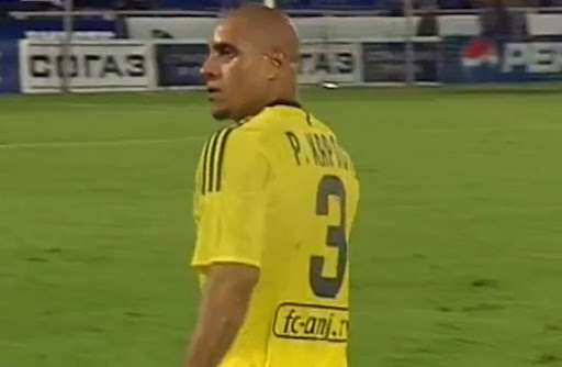 Roberto Carlos has banana hurled at him in Russian League match
