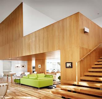 Tabanı ve ahşap merdivenle çıkılan asma katı lambri kaplanmış bir oturma odası