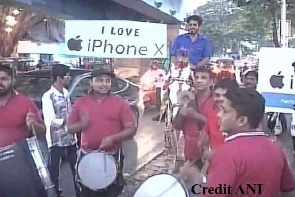 youth-arrive-on-band-baja-horse-to-buy-i-phon-x-in-mumbai