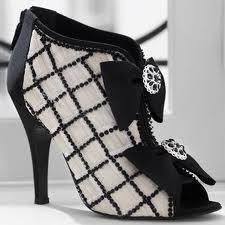 b332b59d59d60 Wydaje się to absudrem, ale pierwsze buty na wysokim obcasie były tworzone  dla mężczyzn. Stabilizowały im nogi podczas jazdy konnej. Pierwszą kobietą,  która ...