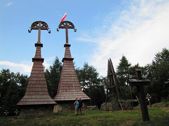 Rotunda (771 m n.p.m.) z cmentarzem wojennym nr 51 z okresu I wojny światowej.