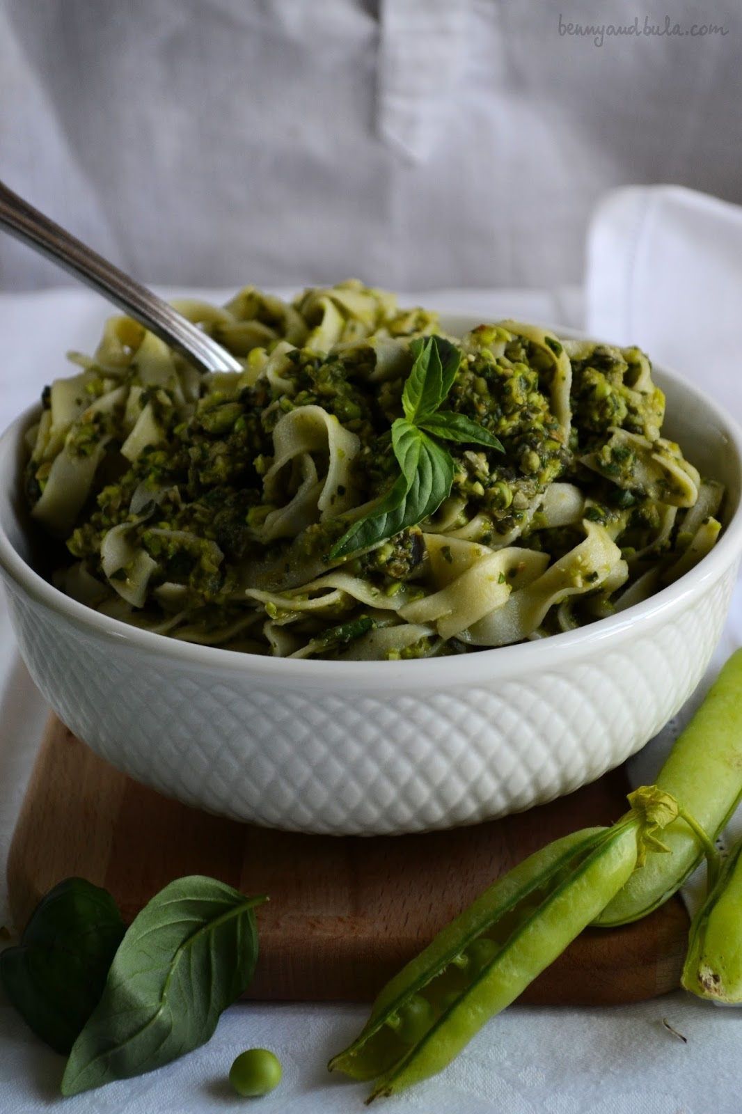 tagliatelle con pesto di piselli crudi/ pasta with raw pea pesto