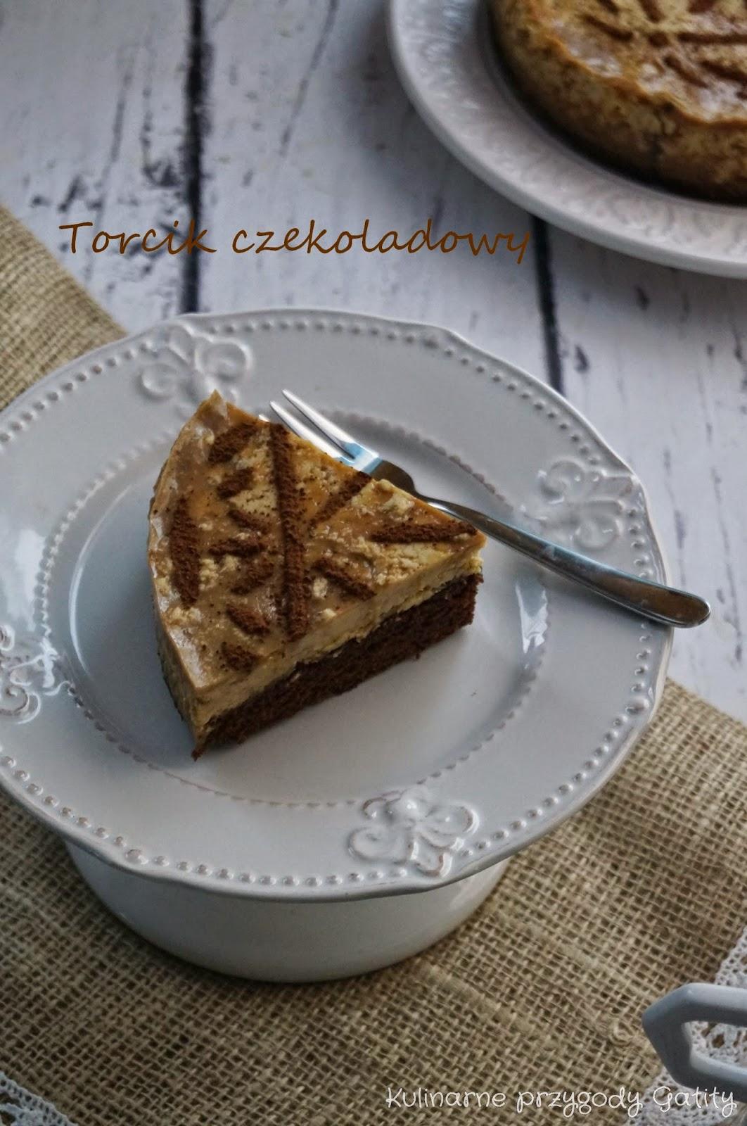 brazowy-ciasto-na-bialej-paterze