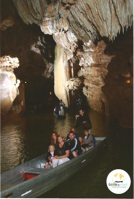 Il tour sulla barca piatta all'interno delle Grotte di Padirac