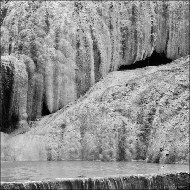 Dettaglio in bianco e nero della cascata della Balena Bianca a Bagni San Filippo