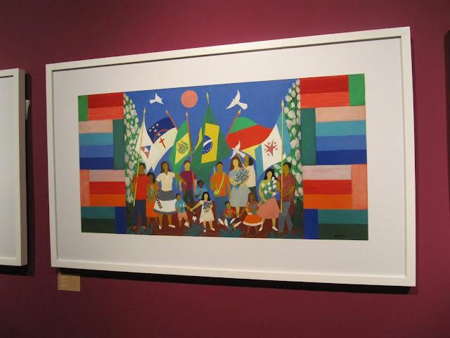 A obra Independência mostra  várias pessoas (desde crianças até adultos) carregando mastro com bandeiras estaduais e do Brasil.