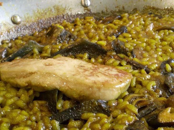 arroz con alcachofas, setas y foie